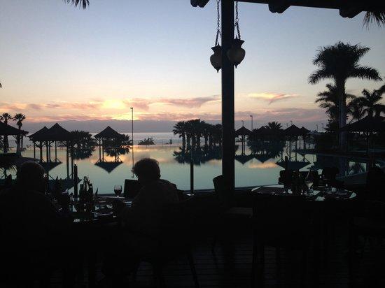 Gran Melia Palacio de Isora Resort & Spa : Solnedgang over infinity-poolen.