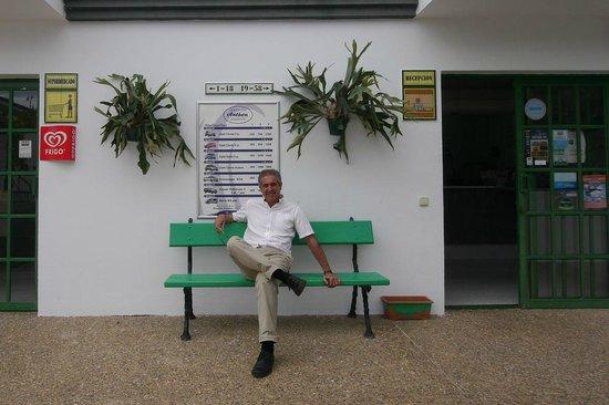Apartamentos Guacimeta Lanzarote: Reception und Inhaber Senor Ramon