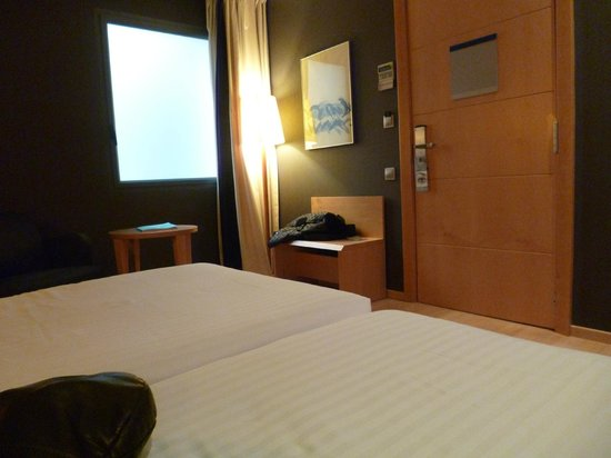 Barcelona Universal Hotel : back room, frosted window, quiet but no views