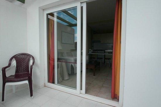 Apartamentos Guacimeta Lanzarote: Bick vom Balkon in ein Apartment