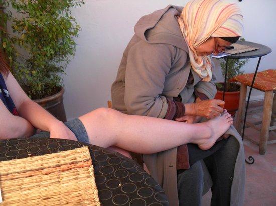 Henna cafe : Henna tattooing in progress