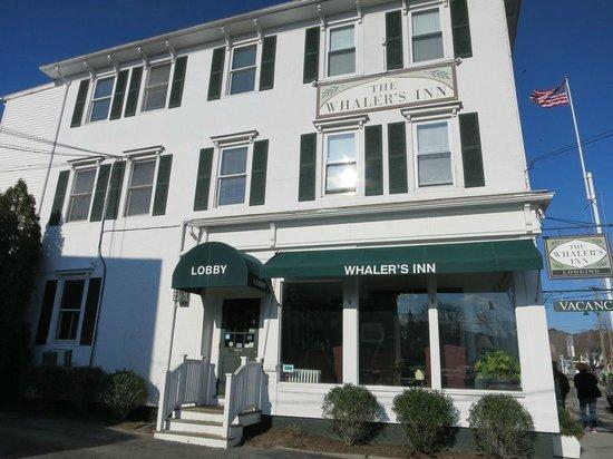The Whaler's Inn: ロビーがある本館。右手がEast Main Street、部屋No.2は左後方。