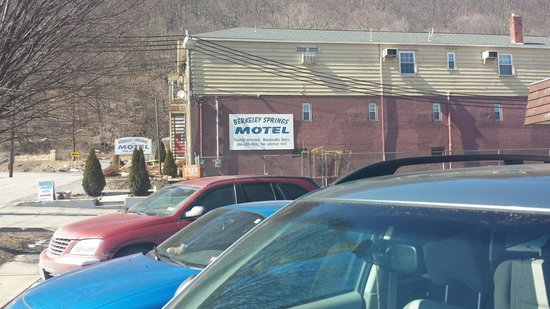 Berkeley Springs Motel: View of motel from Route 522 which is actually back side of motel.