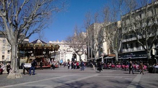 Kyriad Avignon - Palais Des Papes : Площадь. отель справа.