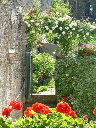 Arry, Francia: un vieux mur au milieu des roses