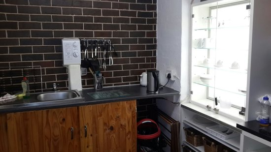Fairway Guest House Shelly Beach: Red Room's kitchen area.