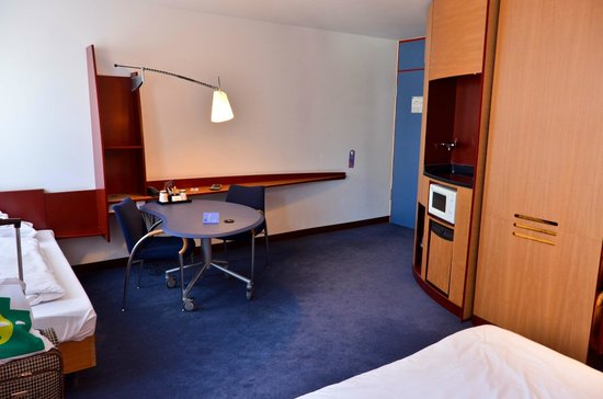 Novotel Suites Hannover City: Room desk area and wet bar, fridge, etc.