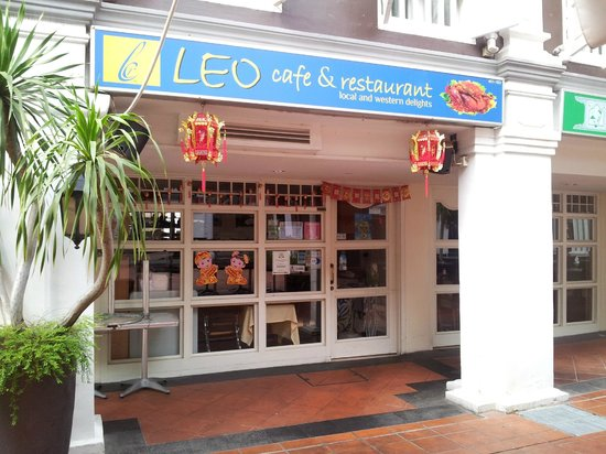 Village Hotel Albert Court by Far East Hospitality: Leo's in the courtyard, great variety of cuisines