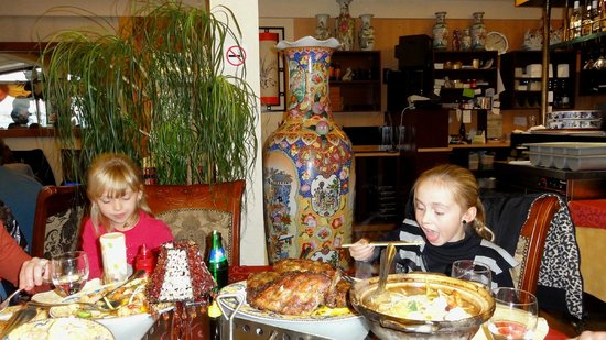 De Lange Muur : Al spelend leren ze eten met stokjes