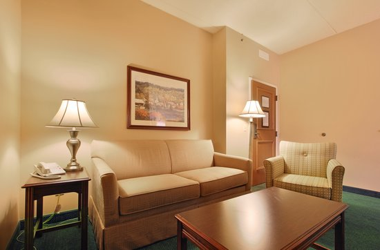 Hotel Mead & Conference Center: King suite sitting area in West Wing