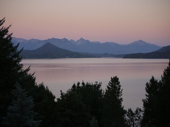 Altuen Hotel Suites&Spa: Balcony view of the lake at dawn