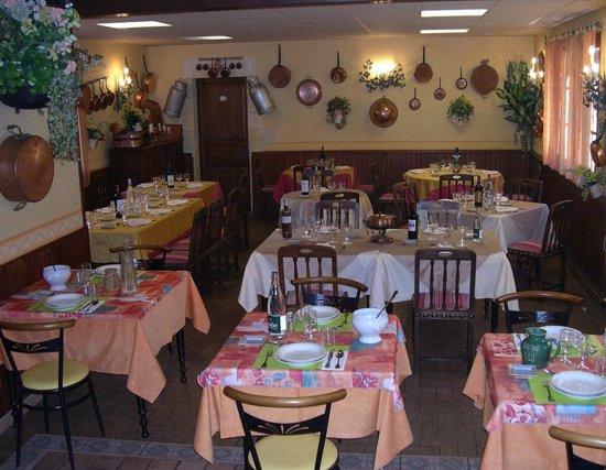 Saint-Amand-de-Coly, Frankrike: salle du restaurant