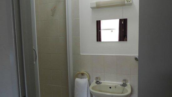 Bay Esplanade Hotel : Shower and sink