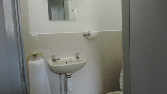 Bay Esplanade Hotel : Sink and Toilet