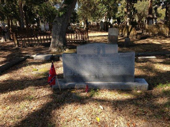 Magnolia Cemetery: Confederate flags