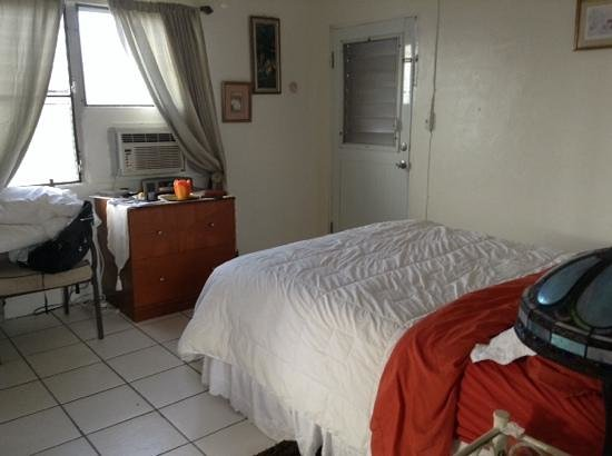 Hillcrest Guest House: bedroom has a second air conditioner in tropical suite