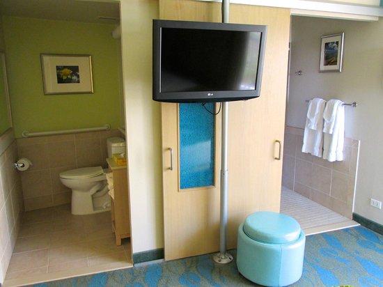 Aston Waikiki Circle Hotel : Toilette et douche, plus d'intimité