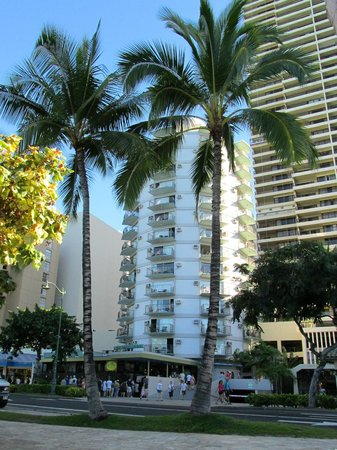 Aston Waikiki Circle Hotel : Notre hôtel vu de la rue