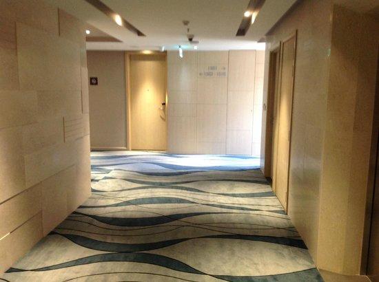 Liberty Central Saigon Riverside Hotel : 15th floor hallway near elevators.