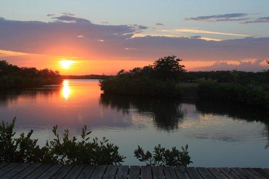 Joyce & Frank's Bed & Breakfast: Lagoon sunset Maya Beach