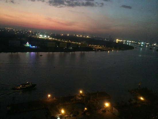 Liberty Central Saigon Riverside Hotel : Night view of Saigon River from Rm 1509