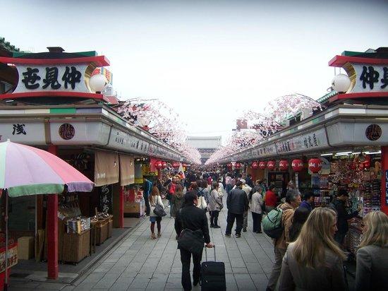 Nakamise Shopping Street (Kaminarimon): vista de las tiendas sobre la calle central