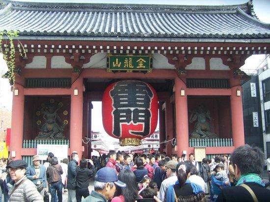 Nakamise Shopping Street (Kaminarimon): la entrada