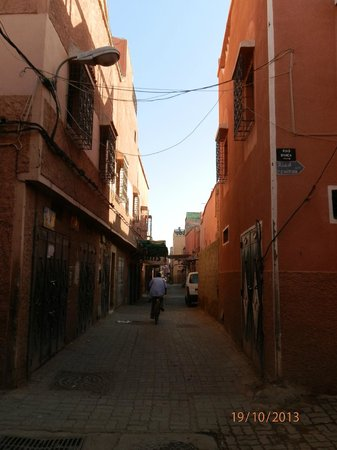 riad bianca : Calle perpendicular a la del hotel