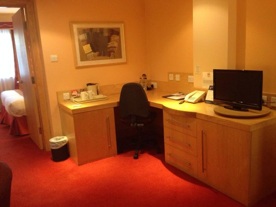 Suites Hotel & Spa -  Knowsley: Large desk with hot drinks, supplementary bottled water and a television