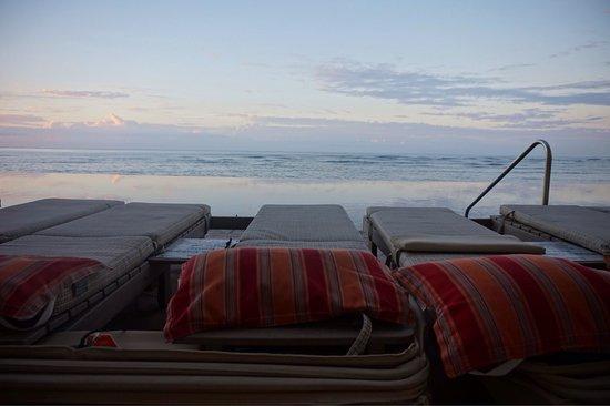 Sheraton Waikiki: 日の出前のインフィニティプール。まだ誰もいません。