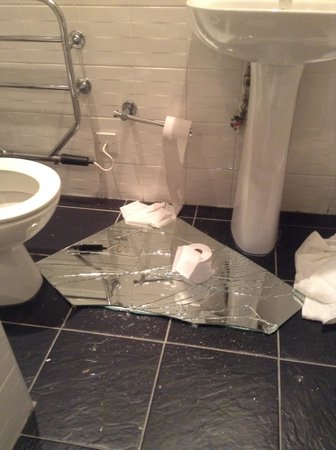 Quality Inn: Mess in bathroom