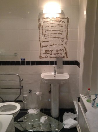 Quality Inn: Mirror fell off
