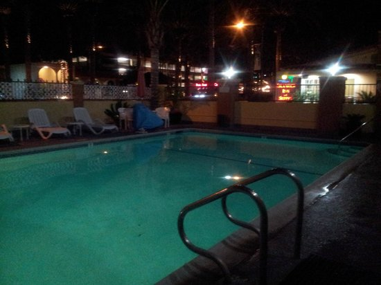 Anaheim Islander Inn and Suites: Night view of the pool
