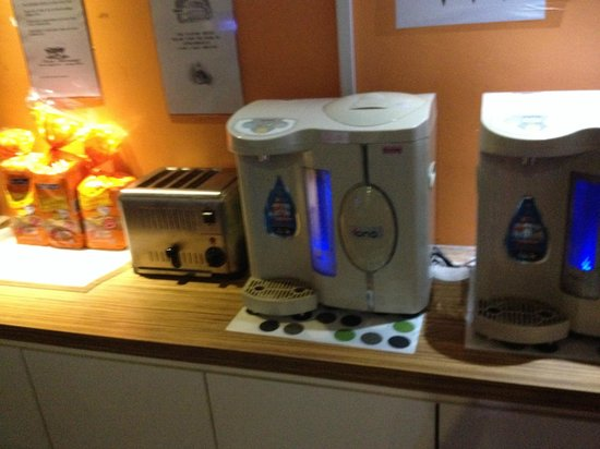 Mercury Backpackers' Hostel: Free water, toaster
