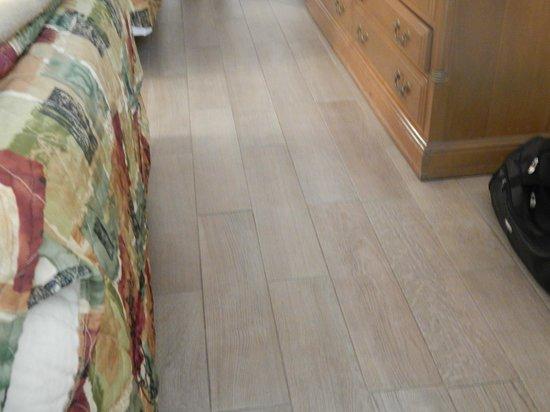 Econo Lodge: New floor