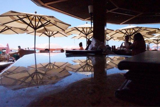 Surf Lanai: サーフラナイのカウンターから眺めるビーチ