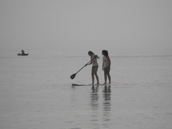 Brighton Caravan Park: Kids enjoyed Paddle Boarding right out the front of the Caravan Park