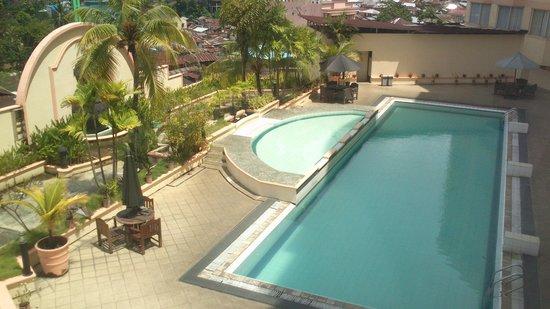 Hotel Gran Puri Manado: view ke arah kolam renang