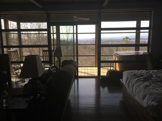 Iris Inn: All glass wall leading to the porch in cabin/view