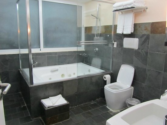 Gaia Hotel & Reserve: Bathroom 1 bedroom suite-sliders open to private balcony