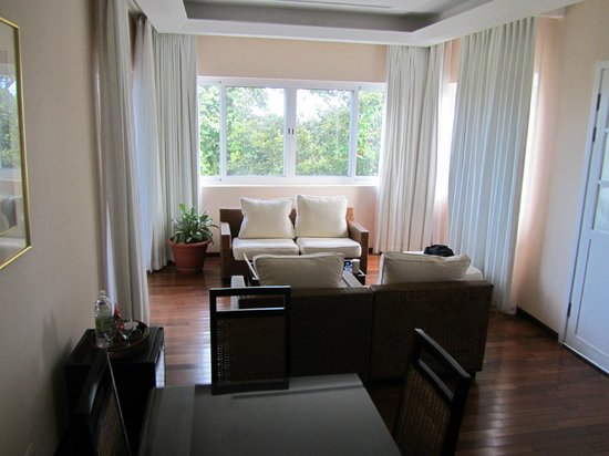 Gaia Hotel & Reserve: Living room area of 1 bedroom suite overlooks grounds
