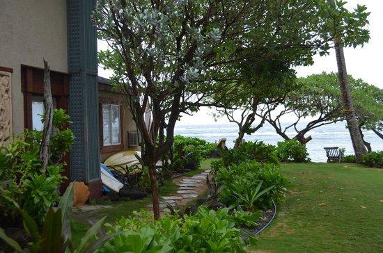 Tiki Moon Villas: Side path leading to the beach