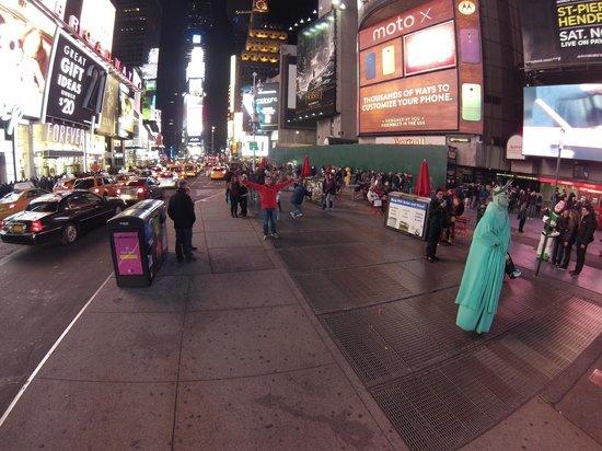 Times Square : Красиво, есть даже статуи свободы :)