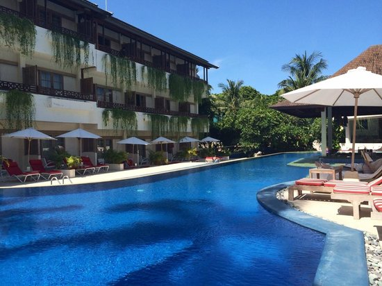The Breezes Bali Resort & Spa : Upper pool area, swim up pool bar, deluxe room lower, superior room upper.