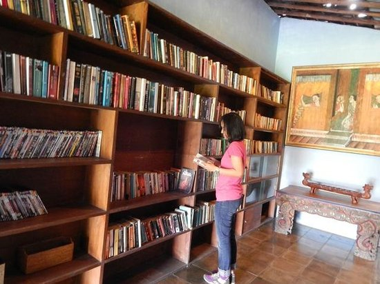 d'Omah Hotel Yogyakarta: my favaourite space! sea of books <3