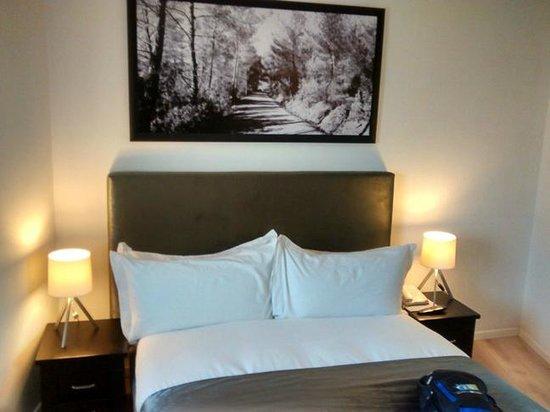 Sea Executive Suites: Bedroom with queen bed