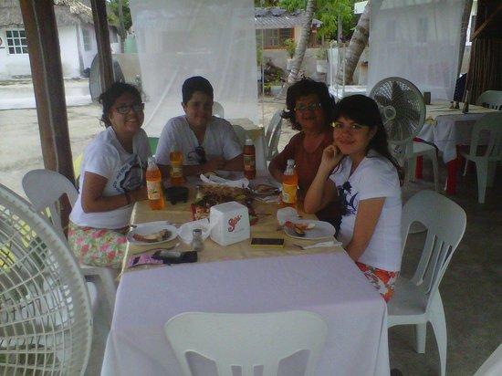 cenando en el restaurant de leo