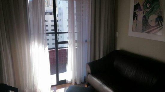 Mercure Curitiba Batel: Sala com varanda