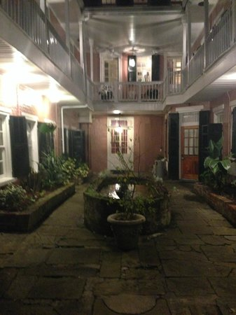 Lamothe House Hotel: Beautiful courtyard at nighttime