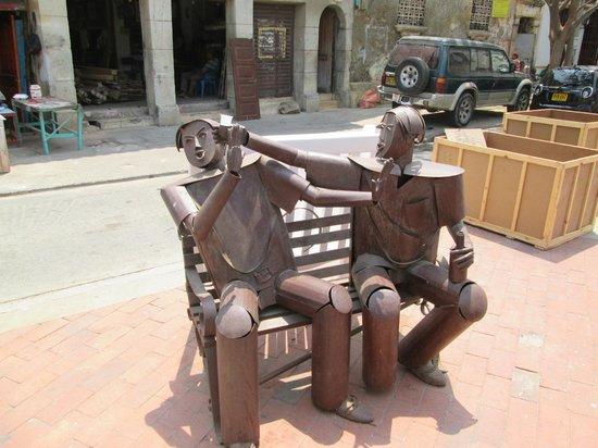 Les Lezards Bed & Breakfast: Public art about 4 doors away from hotel